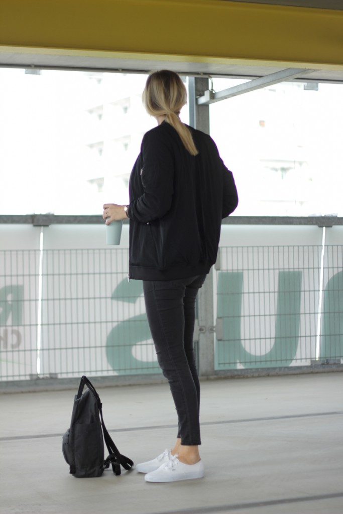 outfit all black bomberjacket
